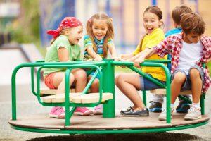 5 børn der leger på en legeplads